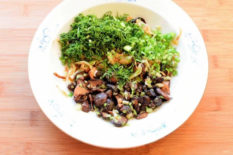 Пекинскую капусту – нижнюю часть – нашинкуйте соломкой и обжарьте на масле вместе с репчатыми луком. Посолите и поперчите по вкусу. Добавьте жареные маслята, рубленную зелень укропа и лука. Остудите начинку перед формовкой пирога.