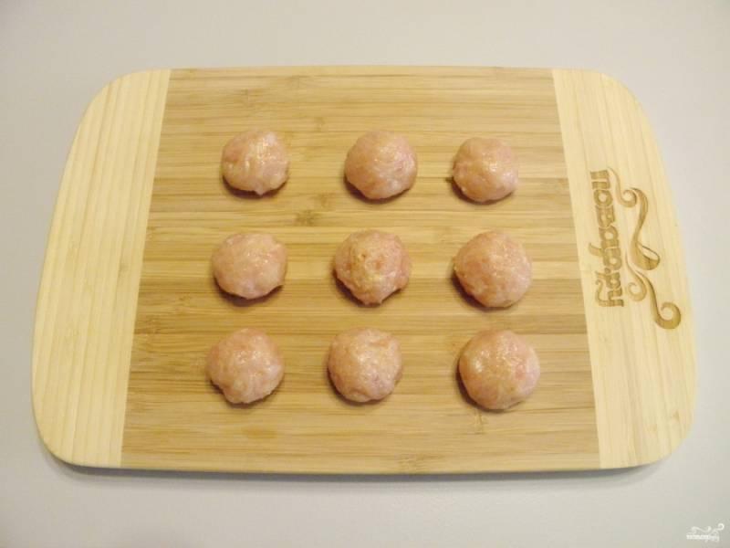Из фарша сформуйте мокрыми руками шарики размером с грецкий орех.