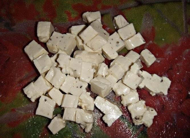 За пол часа до окончания режима мы режем сыр небольшими кубиками или трем его на терке.