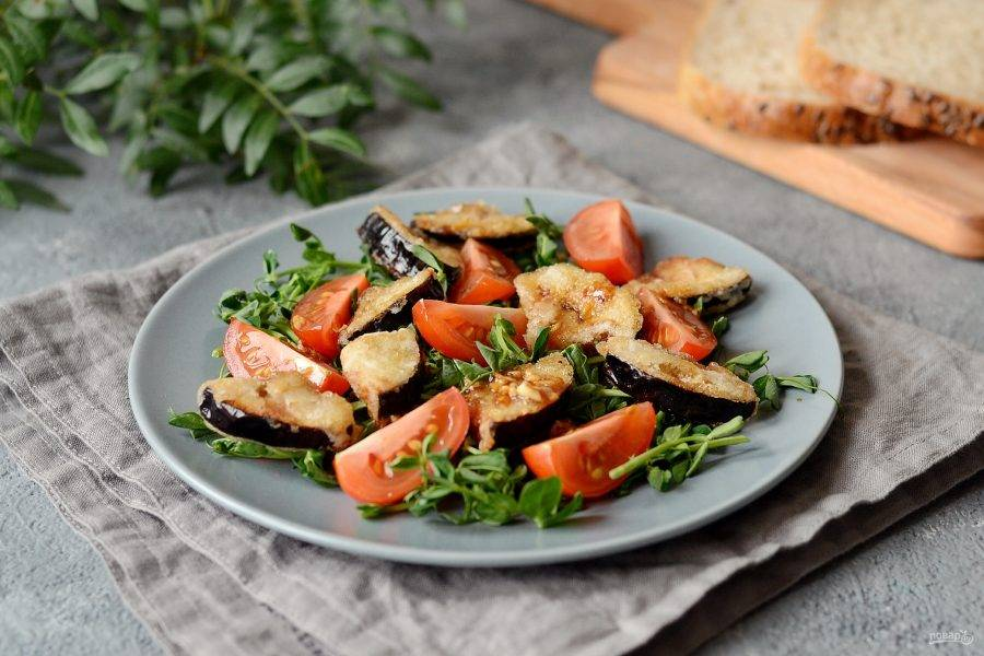 Салат с хрустящими баклажанами и помидорами готов. Приятного аппетита!