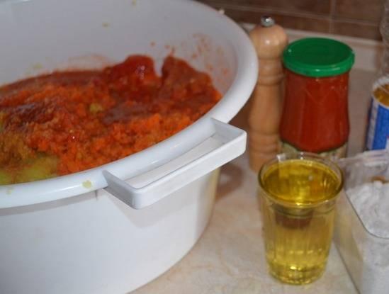 4. Осталось только добавить соус или томатную пасту, растительное масло и соль. При желании можно добавить по вкусу сахар и перец. Еще раз перемешайте и разложите по емкостям, в которых будете тушить овощи.