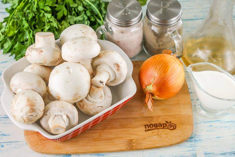 Подготовьте указанные ингредиенты. Очистите лук от кожуры, промойте вместе с грибами в воде.