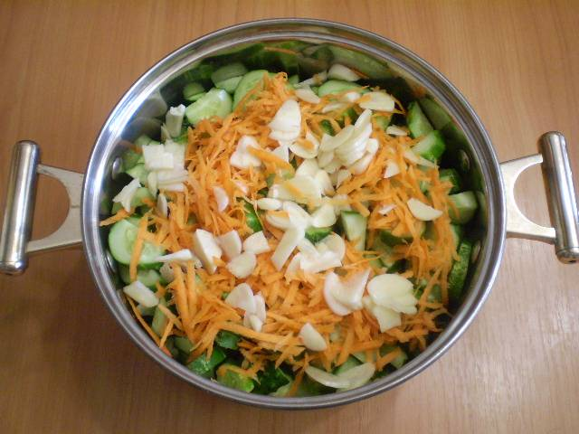 5. Добавляем к огурцам овощи.