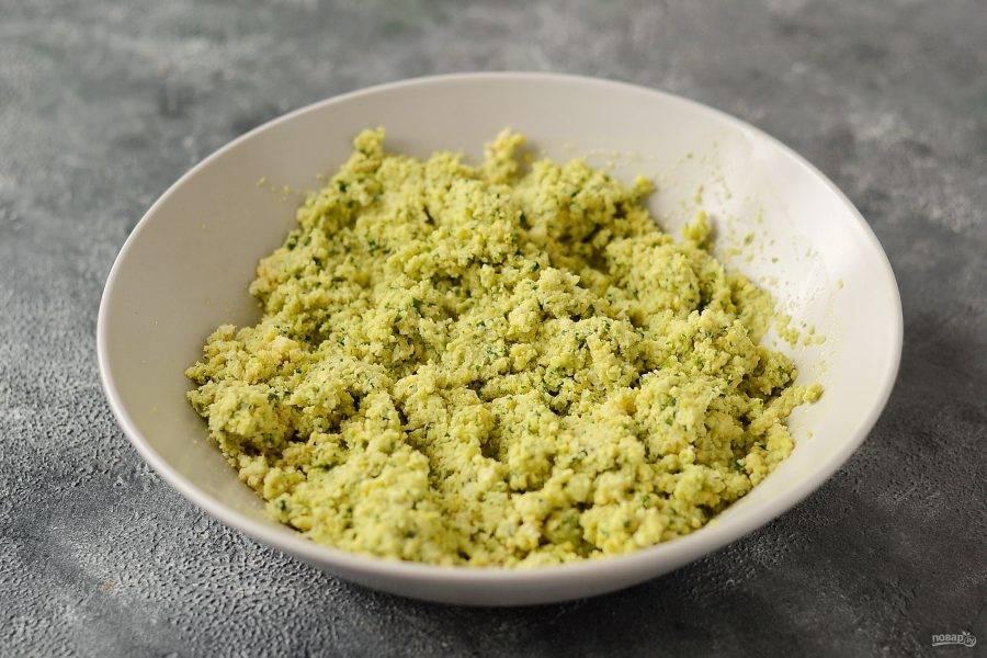 Измельчите нут вместе с репчатым луком, чесноком и зеленью. Добавьте все специи, кунжут и соль, перемешайте.