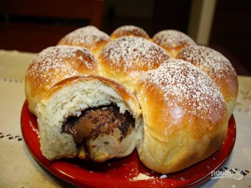 10.Выложите булочки с нутеллой на блюдо, обсыпьте сахарной пудрой и подавайте на стол. Приятного чаепития!