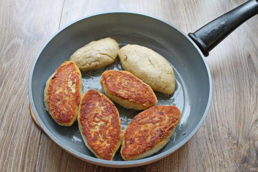 В сковороду налейте растительное масло и разогрейте на среднем огне. Выложите котлеты и обжарьте до золотистой корочки с одной стороны.