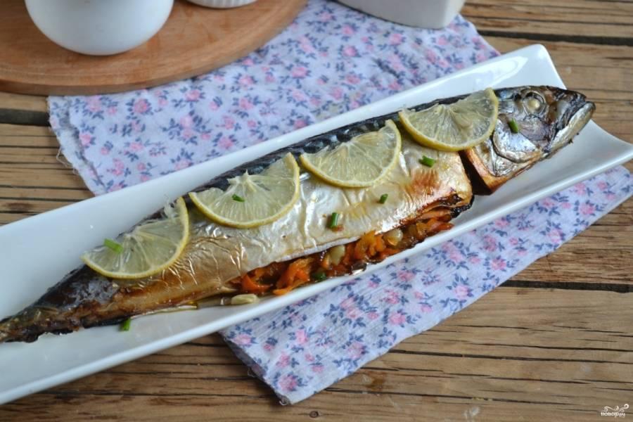 7.Запеченная скумбрия в духовке с морковью готова, подавайте ее, украсив дольками лимона и веточкой петрушки.