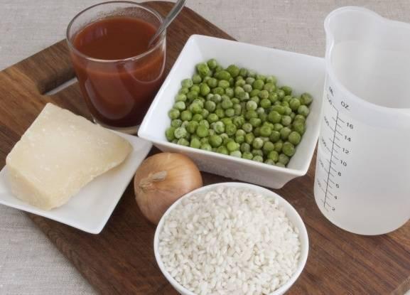 Прежде всего подготовим все необходимое. Промывать рис не нужно, а вот замороженный горошек можно предварительно проварить недолгое время - минуты 2-3.