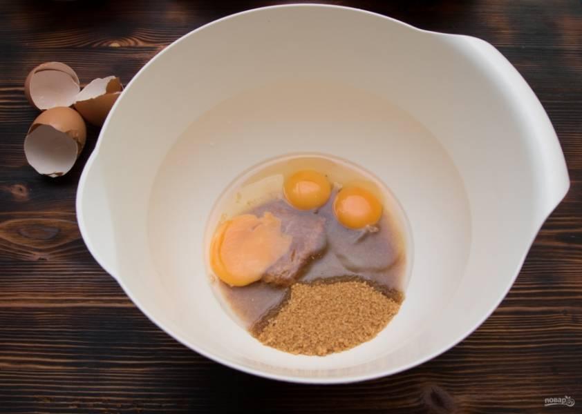 В отдельной миске взобьем яйца с коричневым сахаром в течение 3-4 минут.