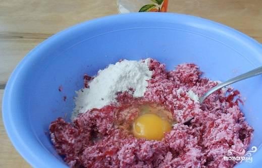 Смешайте сыр, творог и свеклу. Добавьте к ним яйцо, соль, муку и перец. Перемешайте до нежной консистенции, сформируйте котлеты.
