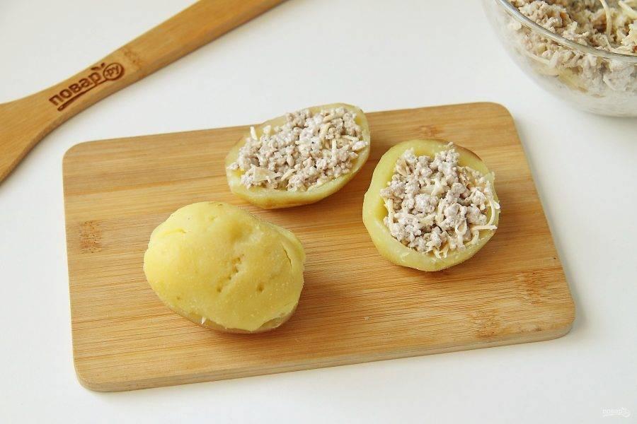 Начините картофель фаршем, после чего аккуратно соедините половинки между собой.