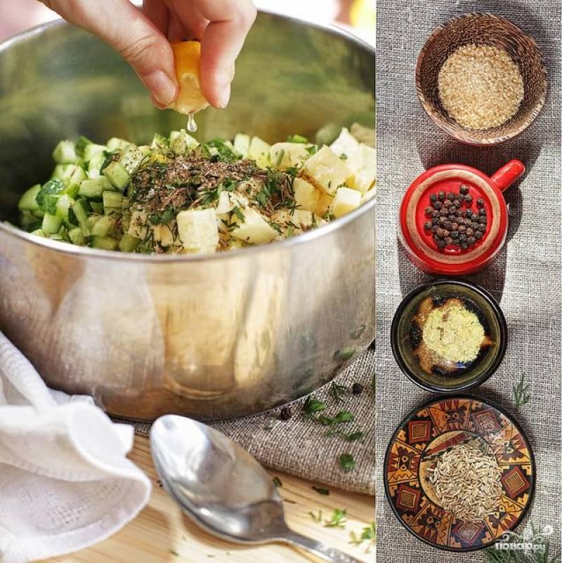Добавляем специи, сахар, соль и выдавливаем сок из лимона. Все хорошенько перемешиваем. Окрошку раскладываем по тарелочкам и в каждую порцию добавляем кефир.