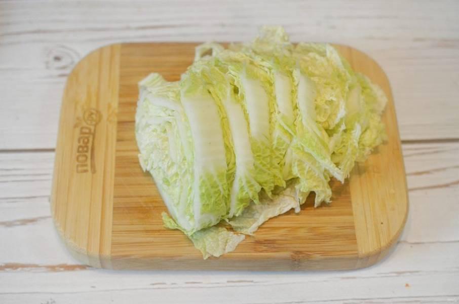 4. Китайскую капусту нарежьте.
