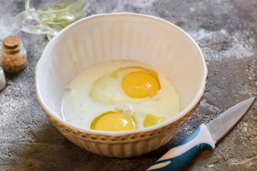 Куриные яйца вбейте в глубокую миску, добавьте молоко, соль и перец по вкусу.