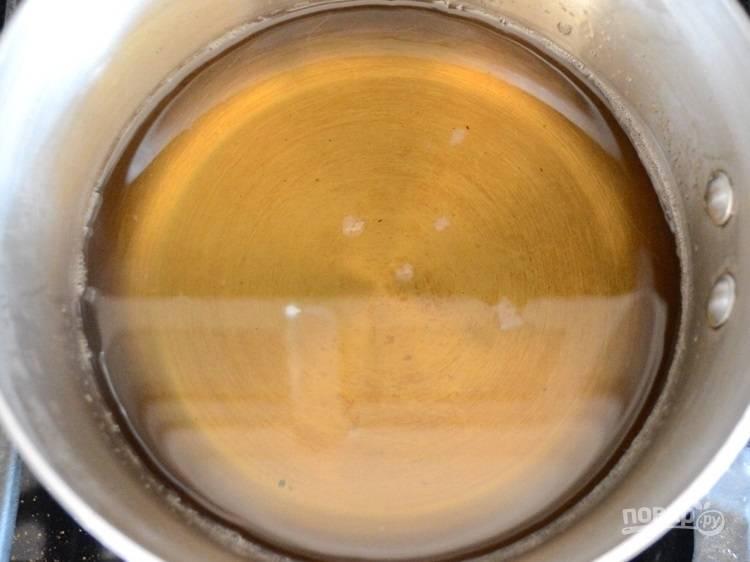1.В кастрюльку высыпьте сахар и добавьте 2 стакана воды. Отправьте кастрюлю на огонь и варите до растворения крупинок. Перелейте в банку и отправьте в холодильник на 1 час.