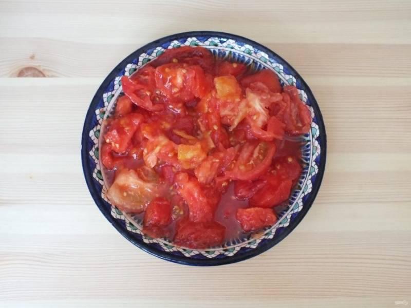 С помидоров снимите кожуру.