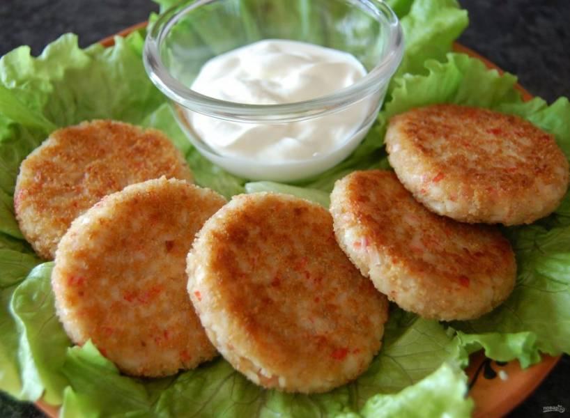 6. Соус к котлетам можно выбрать любой, но вкуснее всего — белый сметанный или сырный.