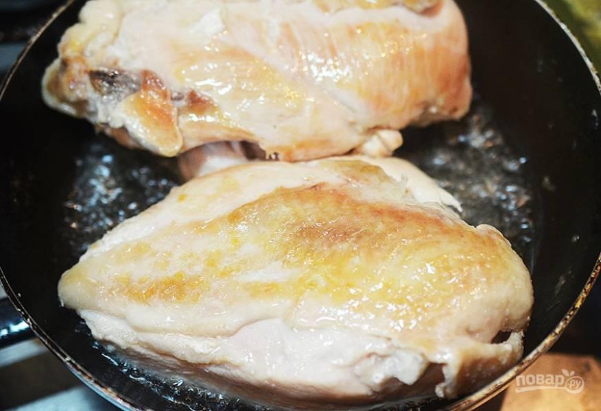 4. Обжарьте грудки с двух сторон на смеси оливкового и сливочного масла.