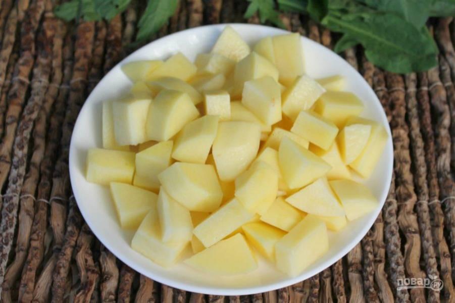 Режем картофель и высыпаем в кастрюлю к остальным ингредиентам. Солим и варим 20-25 минут.