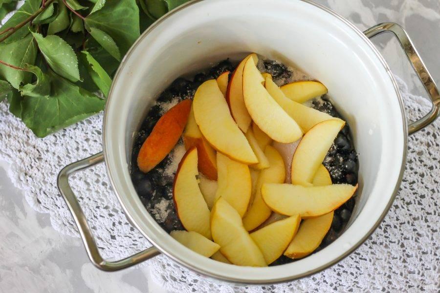 Яблоко промойте в воде. Если оно покупное, то срежьте кожуру - ее обрабатывают парафином. Если домашнее из сада, то нарежьте его ломтиками вместе с кожурой прямо в кастрюлю.