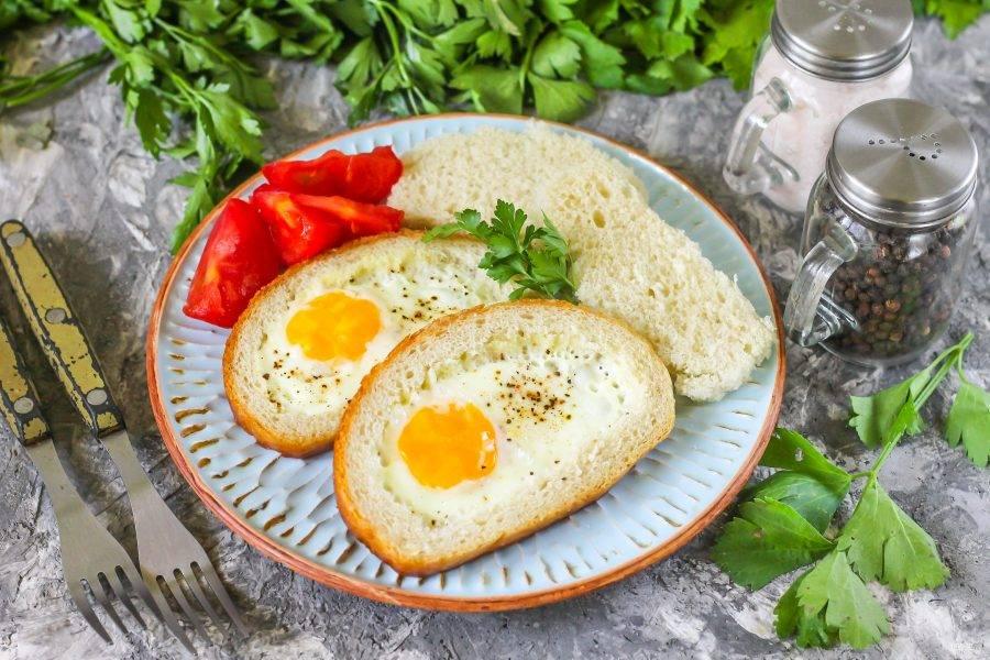 Выложите приготовленное блюдо на тарелку, подавайте со свежими овощами, соусами или мясным продуктом: поджаренным беконом, колбасой, отварным мясом.