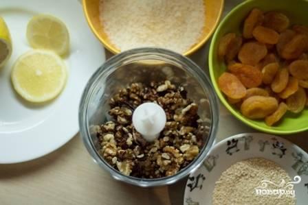 Измельчаем орехи в чаше блендера до состояния пасты или мелкой крошки, это уж как вам больше нравится.