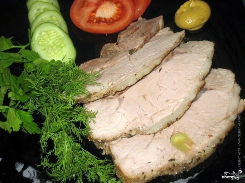 Готовую буженину разрезать на куски и подавать с зеленью и овощами. Приятного аппетита!
