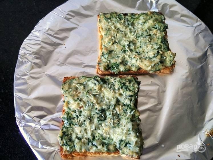 6. Испеките тосты в разогретой до 200 градусов духовке в течение 5-7 минут и подавайте к столу.