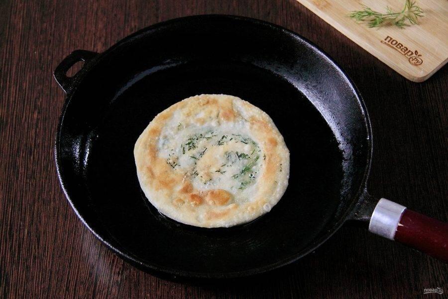 Обжарьте лепешки на сковороде в достаточном количестве масла с двух сторон до золотистого цвета.