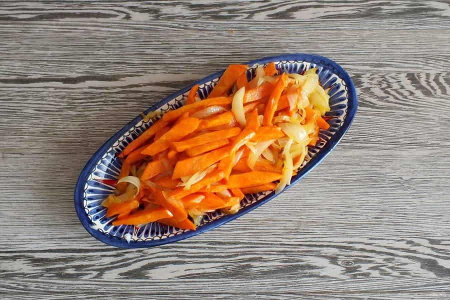 Обжаренные лук и морковь выложите из жаровни.