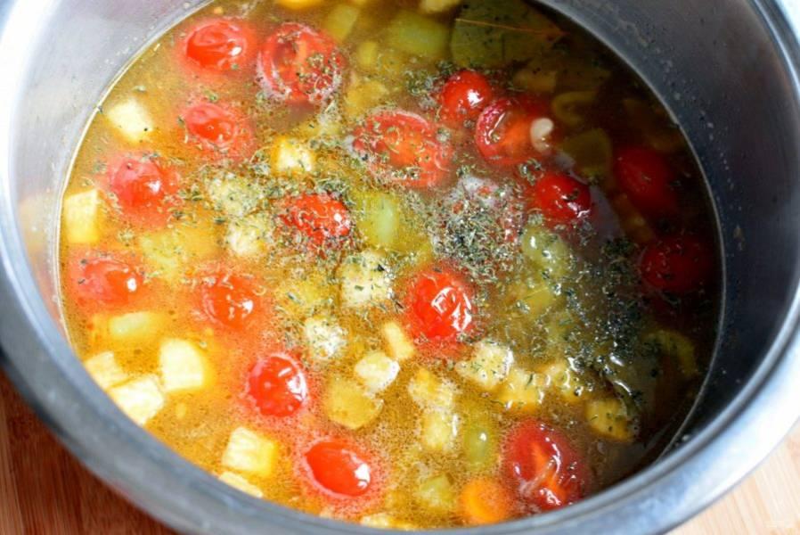 Доведите снова до кипения и выложите овощную пассеровку. Отключите нагрев, добавьте лавровый лист и тимьян, плотно накройте суп крышкой, сверху укройте полотенцем  и оставьте настаиваться минут на 20.