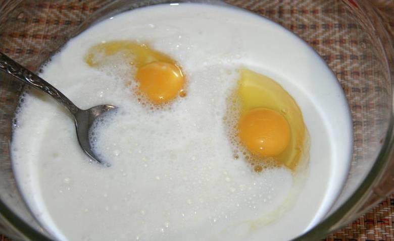 1. Яйца взбиваем до однородности, затем добавляем гашеную соду и кефир. Перемешаем до однородности. Затем добавим немного специй по вкусу. Начинаем маленькими порциями, постоянно помешивая, всыпать муку.