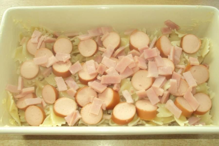 Порежьте сосиски и ветчину, разложите их поверх макарон.