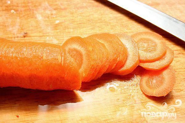 3. Оставшуюся морковь очистить, крупно нарезать и добавить в суп. Через 10 минут добавить в кастрюлю очищенный и нарезанный крупными ломтиками картофель.