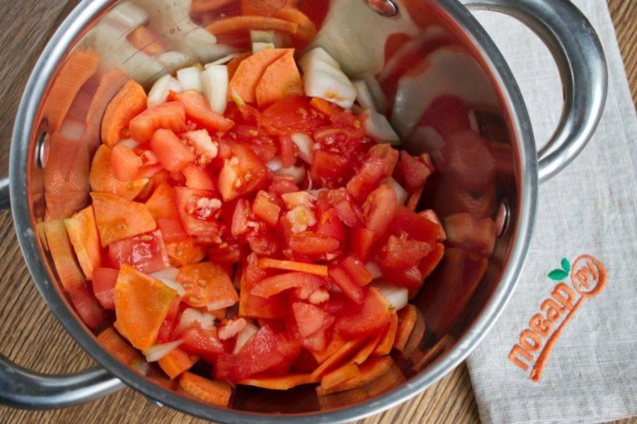 Лук нарежьте кубиками, морковь - тонкими полукружками. Заложите половину нарезанных овощей в кастрюлю с толстым дном.