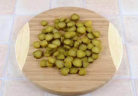 1. Картофель ставим варится, а пока измельчим ингредиенты. Огурцы режем тонкими кружочками