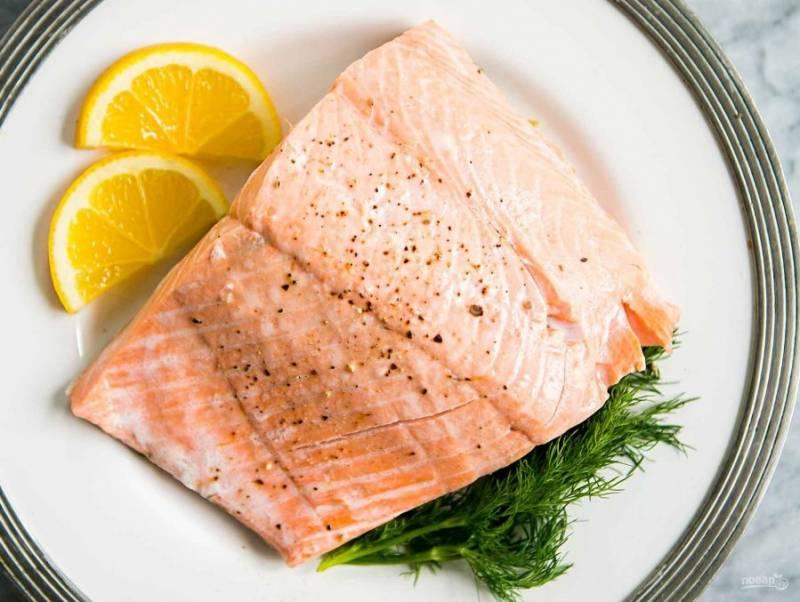 4.Подавайте блюдо посыпанным черным молотым перцем и украшенным двумя ломтиками лимона.