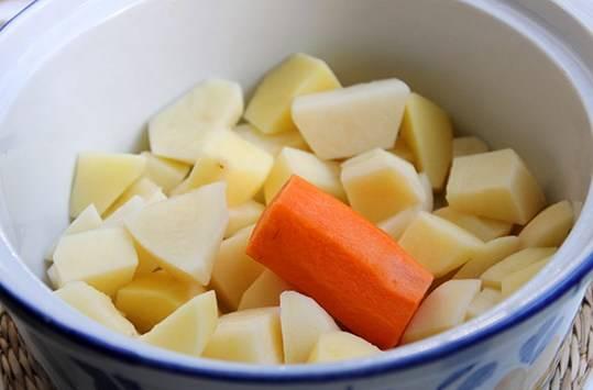 Для начала чистим картофель и морковь, нарезаем картофель на небольшие кусочки и выкладываем в кипящий бульон вариться.