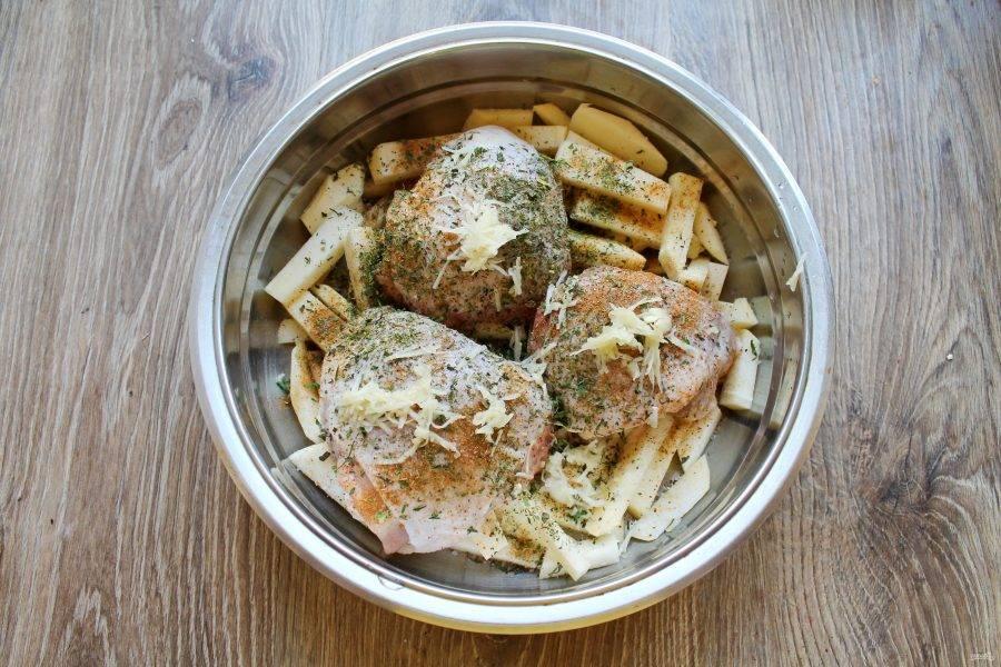 Чеснок натрите на мелкой терке, добавьте в миску с репой и курицей, поперчите.