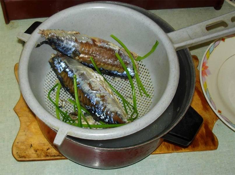 В кастрюлю кладем веточку петрушки и варим рыбу 10 минут. Затем достаем, чтобы остыла.