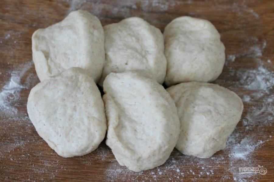Подсыпаем муку небольшими порциями и замешиваем тесто. Готовое тесто накрываем пищевой пленкой и оставляем на 30 минут, затем, разделяем на 6-8 равных частей.
