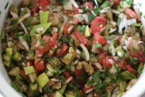Все ингредиенты смешать, заправить маслом, уксусом, посолить, поперчить и хорошенько перемешать.