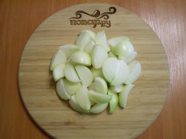 Очистите лук от кожуры, вымойте и порежьте на 4 части каждую луковицу.