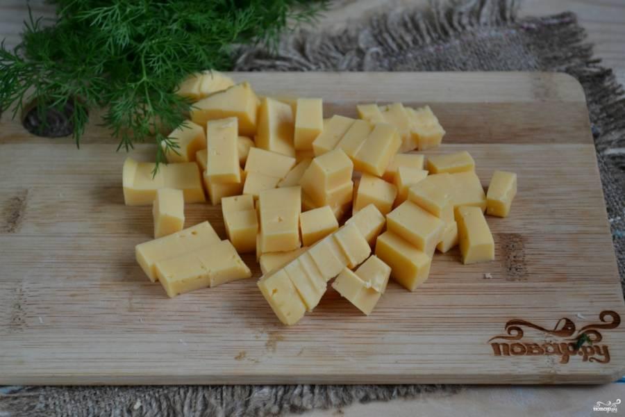 Твердый сыр порежьте кубиками среднего размера.