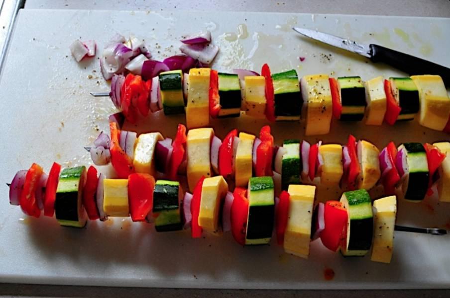 3. Затем следует нанизывать овощи на шампуры или смоченные водой или маслом деревянные палочки. На концах должен быть кабачок.