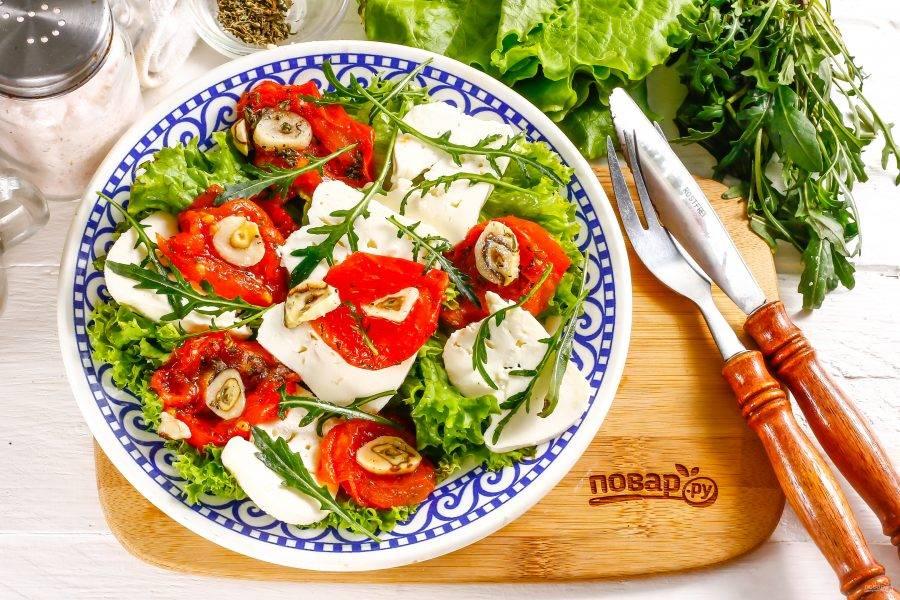 Посолите по вкусу, перед этим попробовав брынзу, чтобы не пересолить блюдо. Промойте рукколу, разобрав пучок зелени на стебли, выложите поверх блюда. Поперчите и сбрызните растительным маслом. Подайте салат к столу сразу же после его приготовления, пока зелень не увяла.