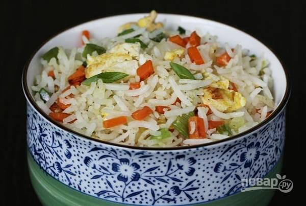 Рис с жареными овощами и яйцом