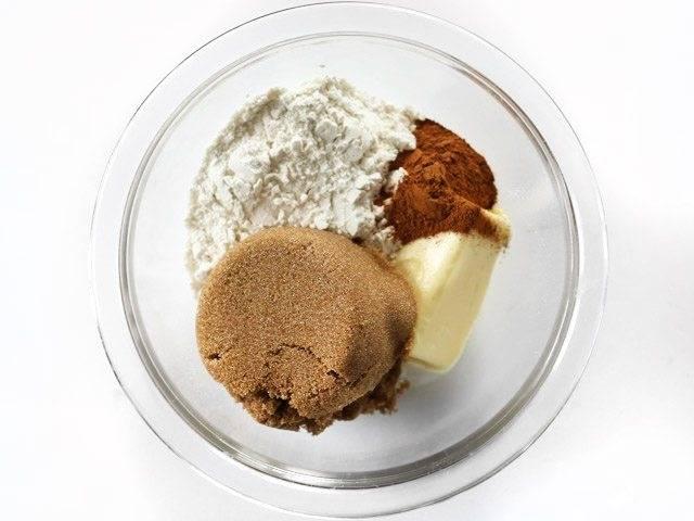 1.В миску выложите ¼ стакана муки, добавьте к ней 2 столовые ложки сливочного масла и коричневый сахар, корицу.