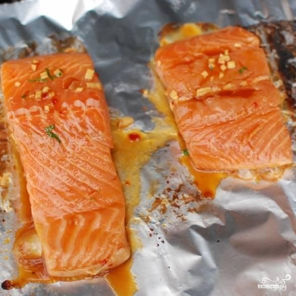 Замаринованную рыбу выкладываем на лист фольги. Если запекаете в духовке - то достаточно 15 минут при 180 градусах, если на гриле - то по 3 минуты с каждой стороны.