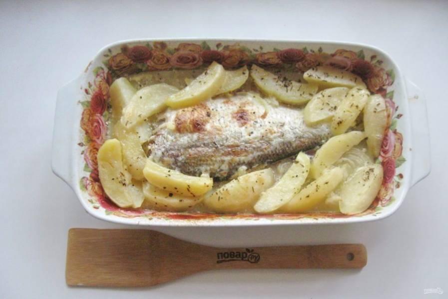 Накройте форму фольгой и запекайте рыбу с картофелем 25 минут при температуре 180 градусов. После фольгу снимите и готовьте блюдо еще 15-20 минут, чтобы рыба подрумянилась.
